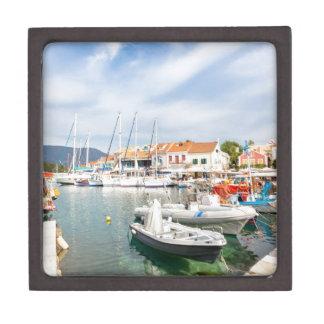 Griechischer Hafen mit Segelbooten in Fiskardo Kiste