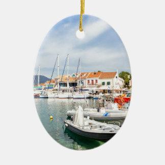 Griechischer Hafen mit Segelbooten in Fiskardo Ovales Keramik Ornament