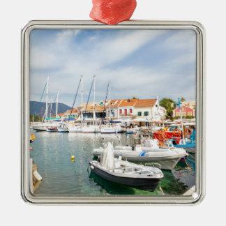 Griechischer Hafen mit Segelbooten in Fiskardo Quadratisches Silberfarbenes Ornament