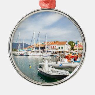 Griechischer Hafen mit Segelbooten in Fiskardo Rundes Silberfarbenes Ornament