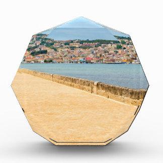 Griechischer Stadt-Hafen Argostoli mit Straße auf Auszeichnung
