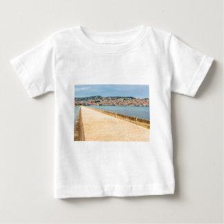 Griechischer Stadt-Hafen Argostoli mit Straße auf Baby T-shirt