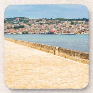 Griechischer Stadt-Hafen Argostoli mit Straße auf Getränkeuntersetzer