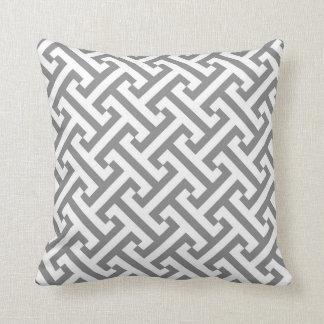 Griechisches geometrisches Muster-Grau und Weiß Zierkissen