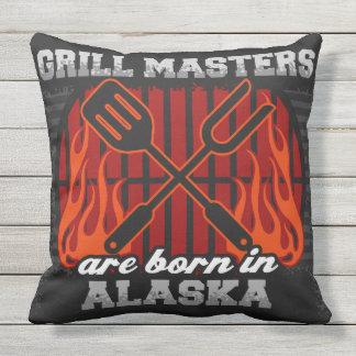 Grill-Meister sind in Alaska geboren Kissen Für Draußen