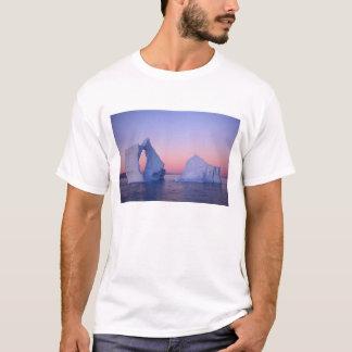 Grönland, Eisberg am Sonnenuntergang T-Shirt