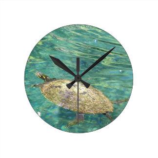 große Flussschildkröteschwimmen Runde Wanduhr
