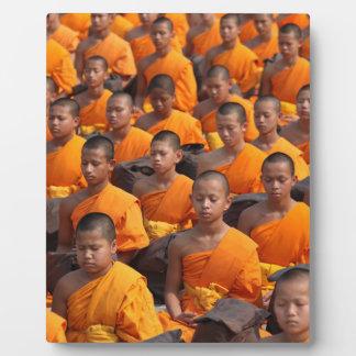 Große Gruppe meditierende Mönche Fotoplatte