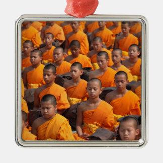 Große Gruppe meditierende Mönche Quadratisches Silberfarbenes Ornament
