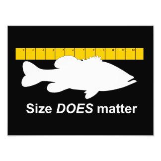 """""""Größe ist"""" - lustige Barschangeln von Bedeutung Fotodrucke"""
