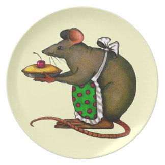 Große Maus, die Torte mit Kirsche auf die Oberseit Flacher Teller
