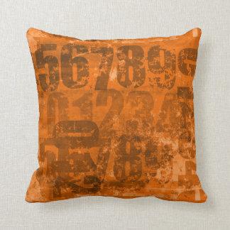 Große mutige Zahlen auf bräunlicher orange Kissen