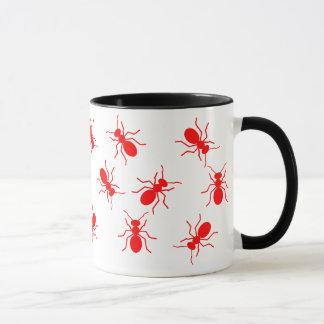 Große rotes Feuer-Ameisen schwärmen ganz über Tasse