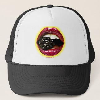 Große saftige Lippen, die ein großes saftiges Truckerkappe