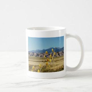 Große Sanddünen und Blumen Kaffeetasse
