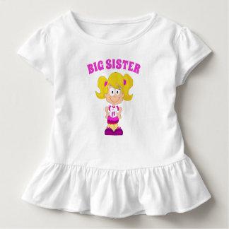 Große Schwester-kaukasisches blondes Shirt