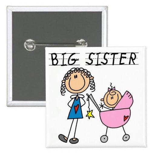 Große Schwester mit kleine Schwester-T-Shirts und  Anstecknadel