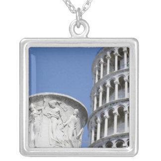 Große Urne nahe bei lehnendem Turm von Pisa, Versilberte Kette