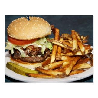 großer doppelter halber Pfundburger brät und Postkarte