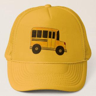 Großer gelber Schulbus-Fahrer transportiert Truckerkappe