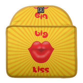 Großer Kuss goldene Solarder strahlen rote Lippen Sleeve Für MacBooks