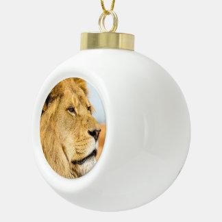 Großer Löwe, der weit weg schaut Keramik Kugel-Ornament