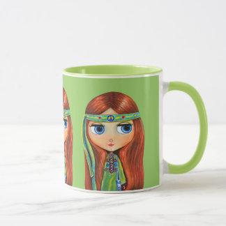 Großes Augehippie-Mädchen im Grün mit Tasse