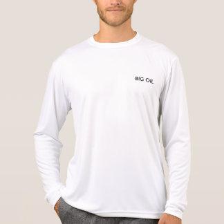 GROSSES ÖL trägt T-Shirt zur Schau