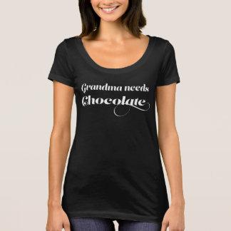 Großmutter benötigt Schokolade T-Shirt