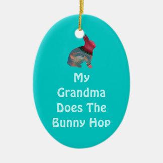 Großmutter tut das Häschen-Hopfen auf Ostersonntag Keramik Ornament