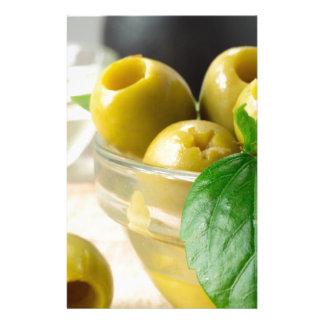Grün marinierte die Oliven Löcher gebildet Briefpapier