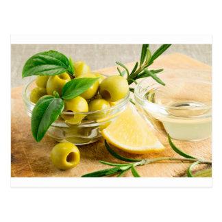 Grün narbige Oliven verziert mit Kräutern Postkarte