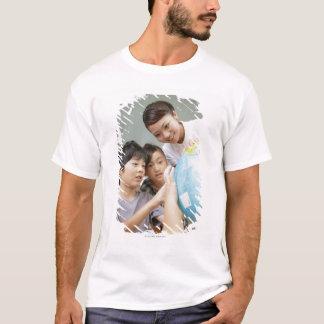 Grundlegende Studenten und Lehrer, die betrachtet T-Shirt