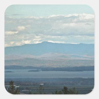 Grüne Berge Quadratischer Aufkleber