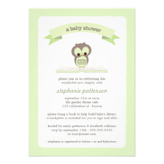 Grüne Eule holen eine Buch-Babyparty-Einladung