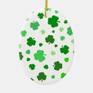 Grüne irische Kleeblätter Ovales Keramik Ornament