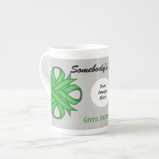 Grüne Klee-Band-Schablone durch Kenneth Yoncich Porzellantasse