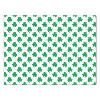 Grüne Kleeblätter auf weißen St Patrick Tagesklee Seidenpapier