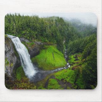 Grüne Landschaft des Wasserfalls Mousepads