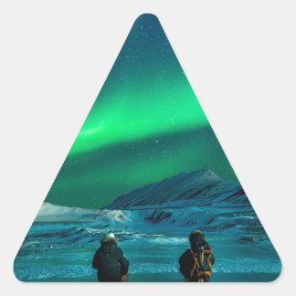 Grüne Paare der Nordlichter Landschafts Dreieckiger Aufkleber