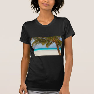 Grüne Palme auf Strand während der Tageszeit T-Shirt