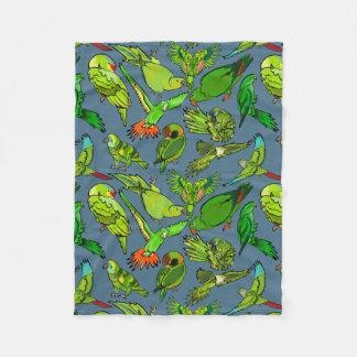 Grüne Papageien auf Schiefer-Blau-Hintergrund Fleecedecke
