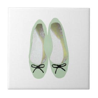 Grüne Schuhe Fliese