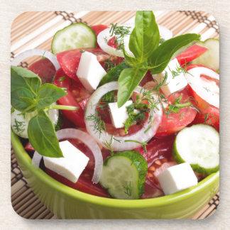 Grüne Schüssel mit geschmackvollem und gesundem Getränkeuntersetzer