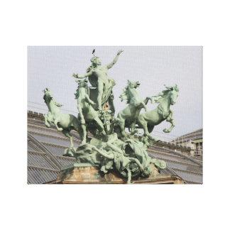 Grüne Statue auf Dach von Paris-Gebäude Leinwanddruck