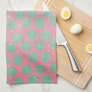 Grüne Tupfen und Goldsterne auf einer roten Küche Handtuch