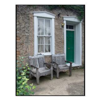 Grüne Tür mit verwitterten Bänke Postkarte