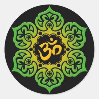 Grüne und gelbe Lotos-Blume OM auf Schwarzem Runder Aufkleber