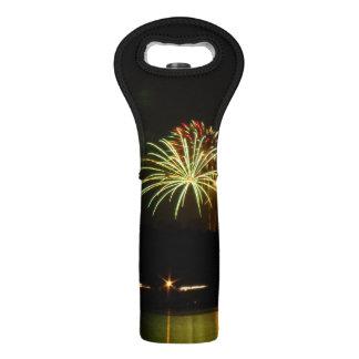 Grüne und rote Feuerwerke explodieren über dem Weintasche