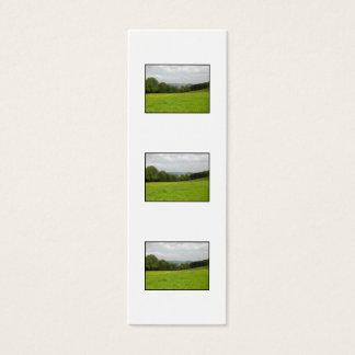 Grüne Wiese. Landschaftslandschaft Mini Visitenkarte